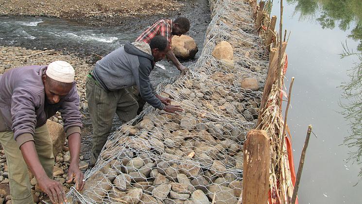 Menschen für Menschen: Bauern bauen aus Steinen und Drahtkörben Gabionen