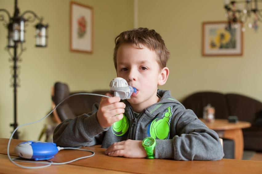 Jonas muss stets mehrmals täglich inhalieren, um ausreichend Luft zu bekommen. © Mukoviszidose e.V.