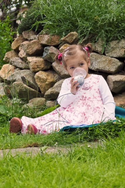 Carlotta muss stets mehrmals täglich inhalieren, um ausreichend Luft zu bekommen. © Mukoviszidose e.V., Bonn