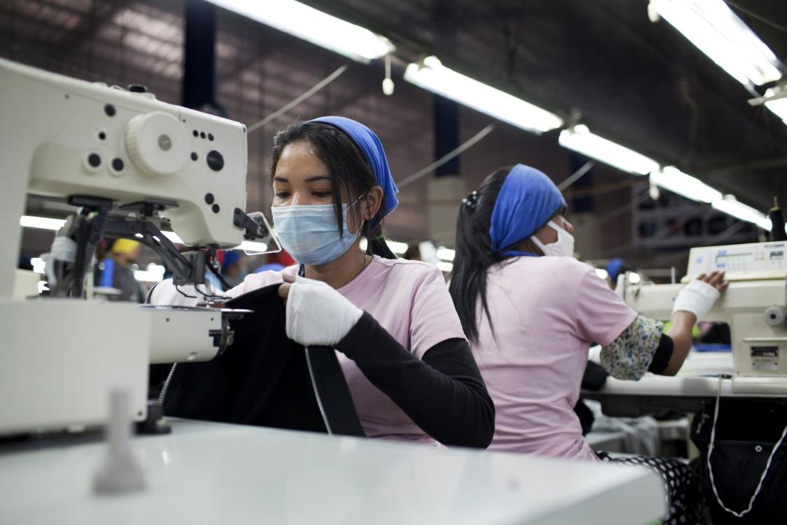 Näherin in Shen Zhou Textilfabrik, Kambodscha, (C) Will Baxter